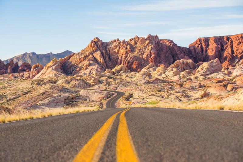 Vägtur i dalen av brand, Nevada, USA royaltyfria foton