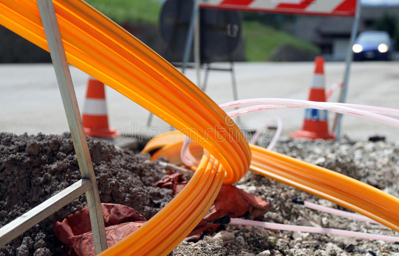 Vägutgrävning för lägga av optisk fiber för hög hastighet I royaltyfri foto