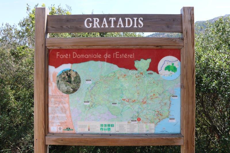 Vägvisare på ingången av Ester Park i franska Riviera Frankrike royaltyfri foto