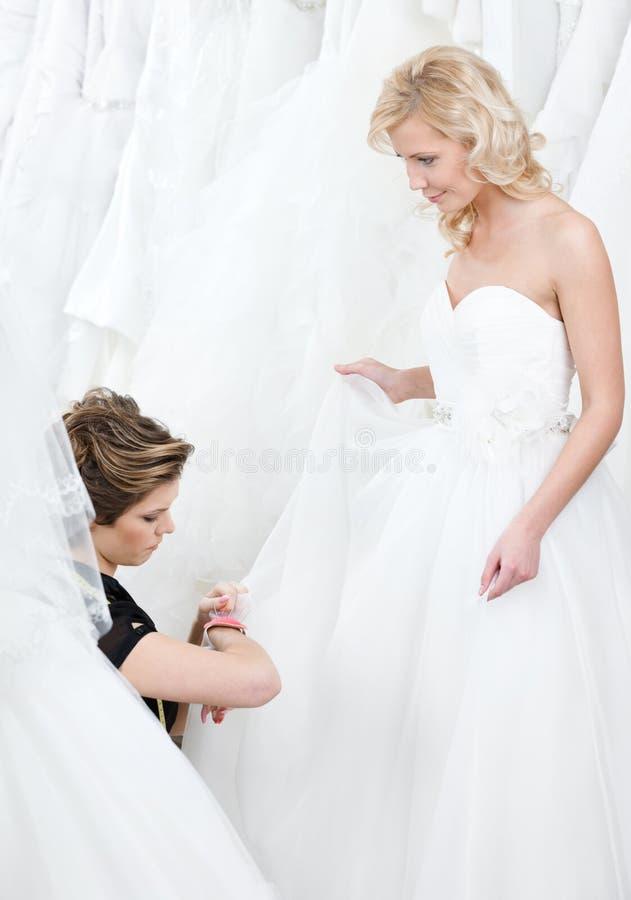 Download Väl Göra-till-mått Bröllopkappa Arkivfoto - Bild av hjälp, caucasian: 37345282