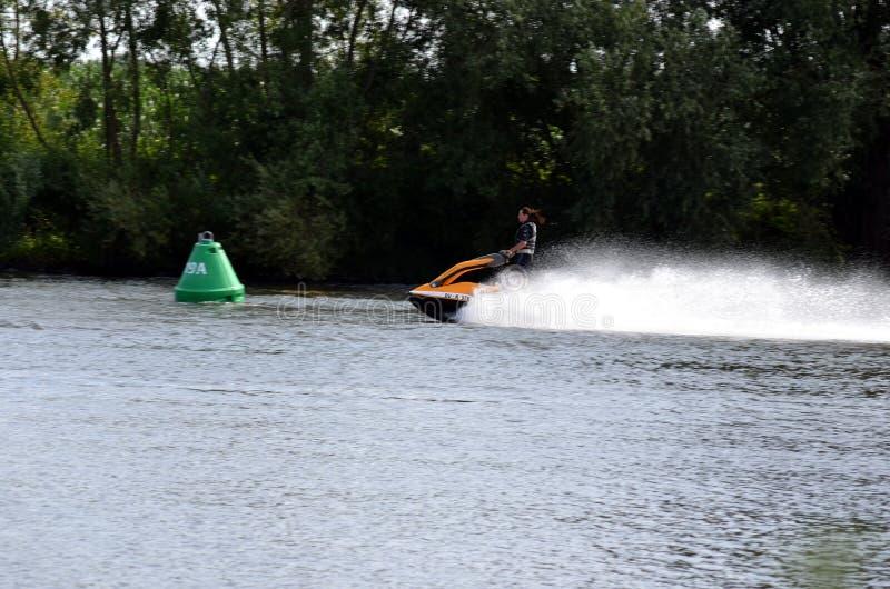 Väl Holland - 07/07/2018: Kvinna på vattnet som tycker om hastighet royaltyfri foto