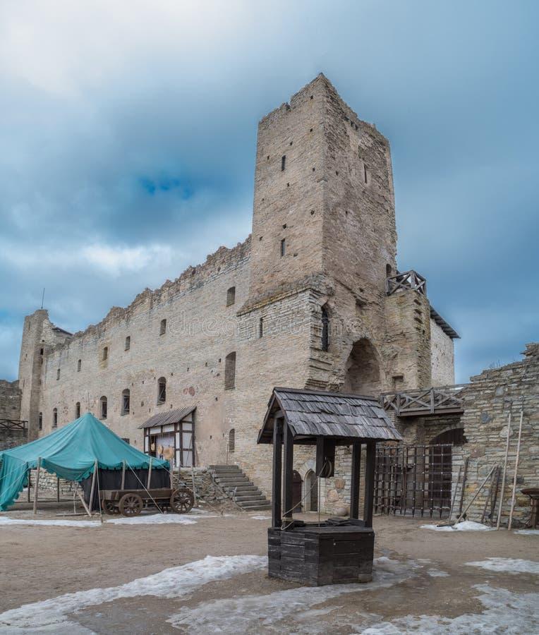 Väl i den gamla slotten royaltyfri bild