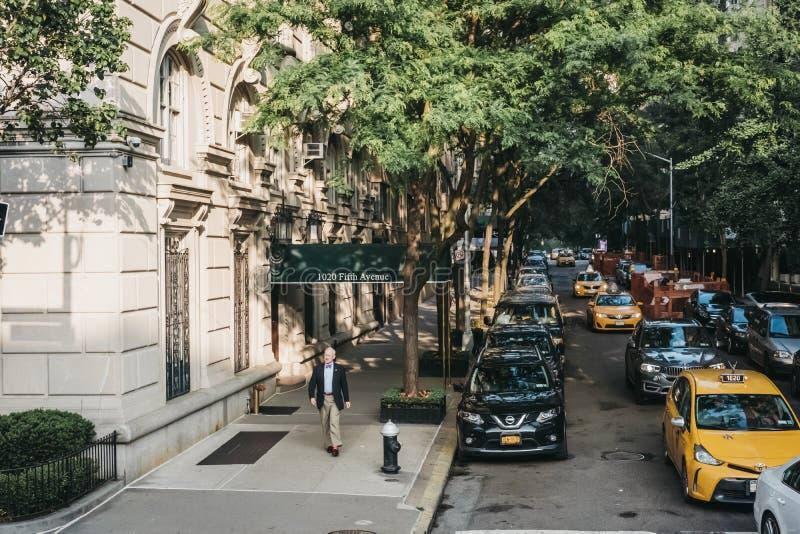Väl påkläddman som går på Fifth Avenue i New York, USA arkivbilder