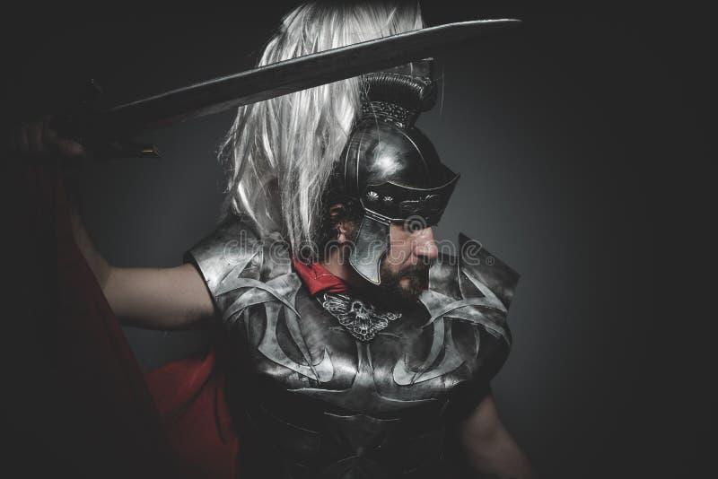 Välde, Praetorian romersk legionär och röd kappa, harnesk och swor arkivfoto