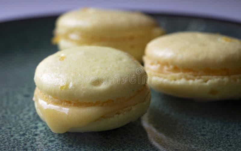 Väldoftande och söt citron Curd Macarons royaltyfria foton