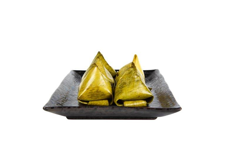 Välfylld degpyramid på en urklippbana för svart platta royaltyfri bild