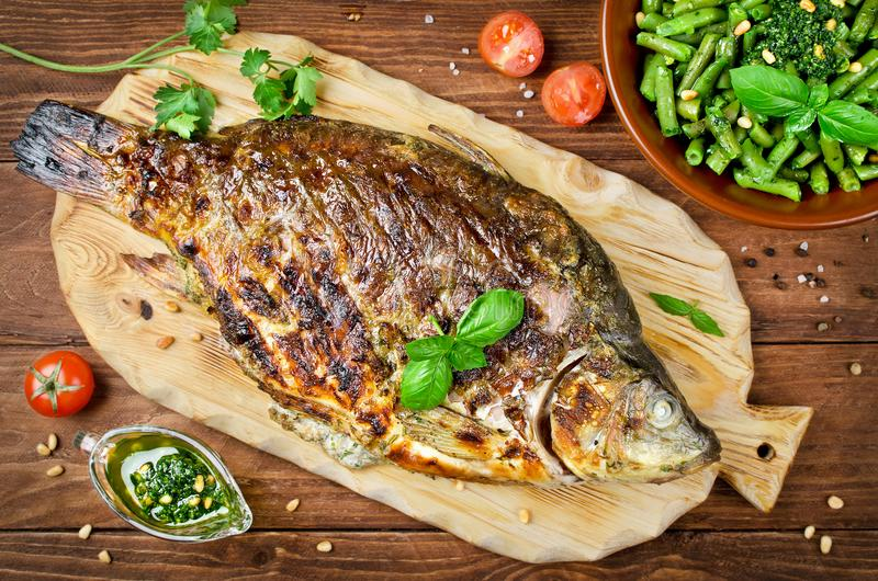 Välfylld fisk som lagas mat på bbq royaltyfri foto