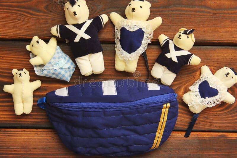 Välfylld leksaker på träbakgrund drevkarlar royaltyfri foto