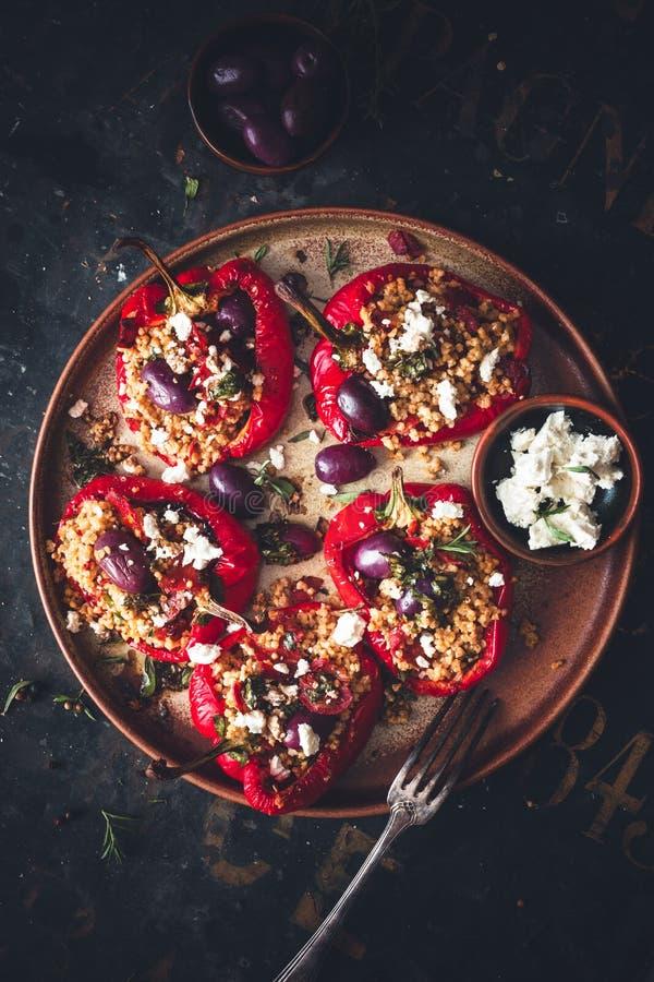 Välfylld röd peppar med hirs, chorizoen, Fetaost och grekoliv royaltyfria bilder
