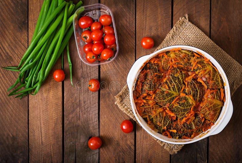 Välfylld savojkål rullar i tomatsås arkivfoton