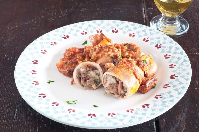 Välfylld tioarmad bläckfisk som lagas mat i en panna med tomaten arkivfoton