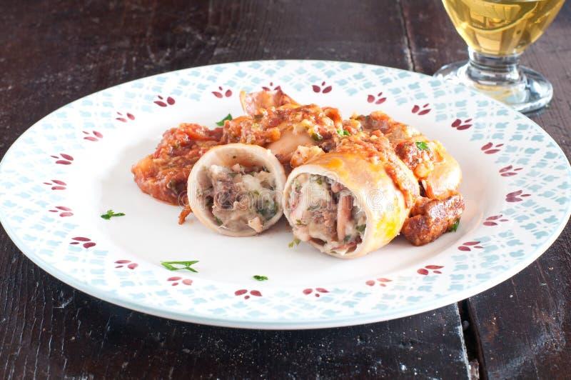 Välfylld tioarmad bläckfisk som lagas mat i en panna med tomaten royaltyfri fotografi