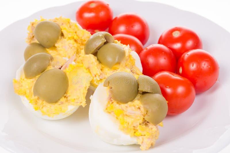 Välfyllda ägg med fisken och maionnayse och tomater royaltyfri bild
