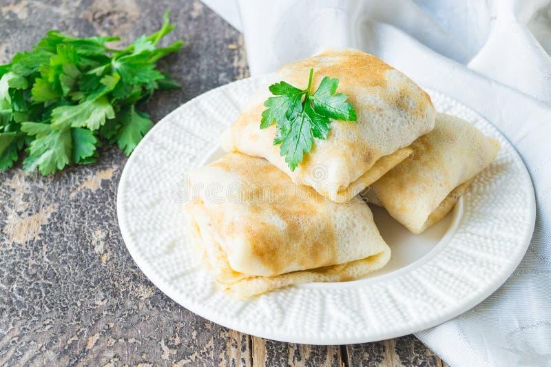 Välfyllda pannkakor med feg lever och potatisar royaltyfria bilder
