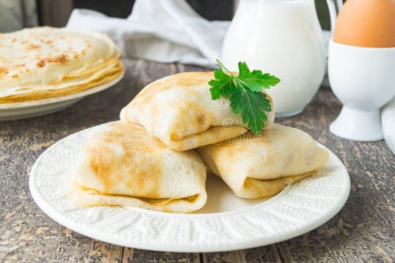 Välfyllda pannkakor med feg lever och potatisar royaltyfri bild