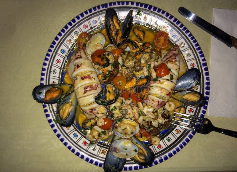 Välfyllda tioarmade bläckfiskar med den cous cous traditionella Sicilien maträtten royaltyfri foto