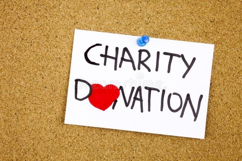 välgörenhetdonationuttryck som är handskrivet på den klibbiga anmärkningen som klämmas fast till ett symbol för korkmeddelandehjä arkivbilder