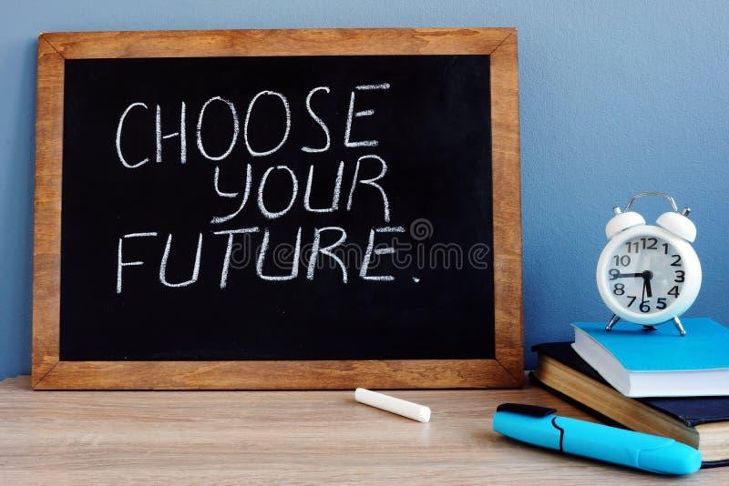 Välj din framtid som är skriftlig på en svart tavla royaltyfria foton