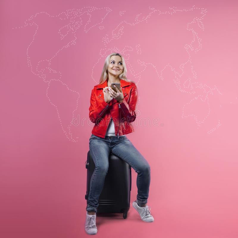 Välj en destination, lopp runt om världen, begreppet En ung kvinna väljer ett ställe var hon önskar att gå royaltyfria foton