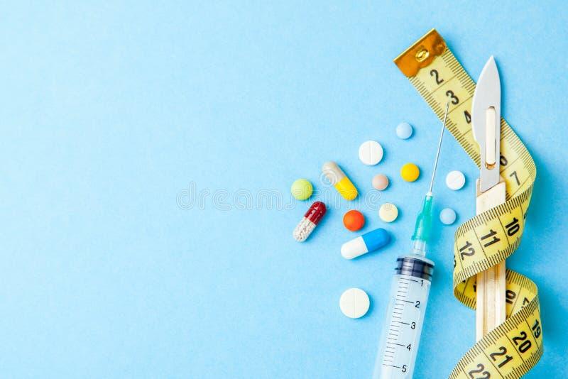 Välj en väg att förlora vikt, preventivpillerar, injektioner Plastikkirurgi och förberedelser för coracoatkroppen Mäta bandet och arkivfoto