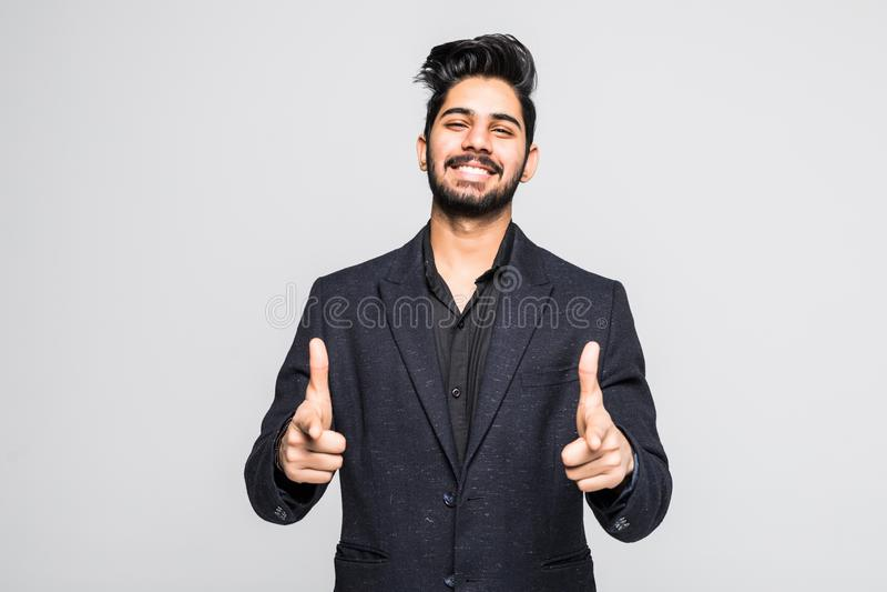 välj I dig Säker ung indisk man som pekar dig och ler, medan stå mot vit bakgrund arkivfoto