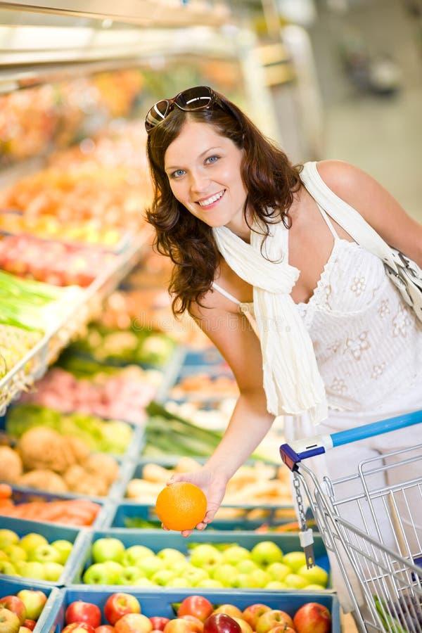 välj kvinnan för lagret för fruktlivsmedelsbutikshopping arkivbild