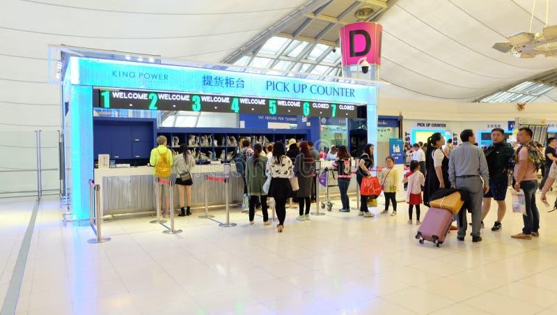 VÄLJ UPP flygplatsenför Counter—Suvarnabhumi arkivbilder