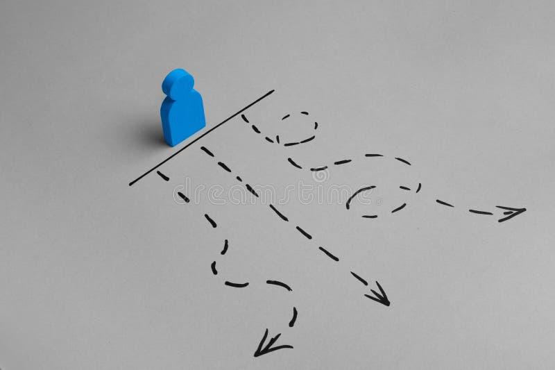 Välja vägen till framgång Kortslutning och rätt riktning på vägen arkivbilder