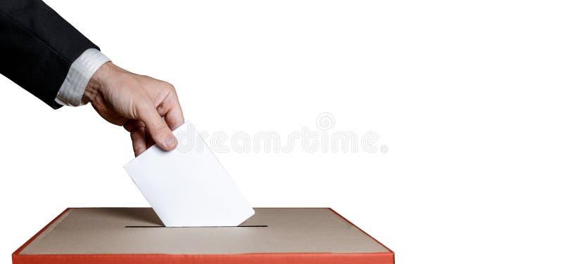 Väljaren rymmer kuvertet i hand över röstar sluten omröstning på isolerat Frihetsdemokratibegrepp arkivbild