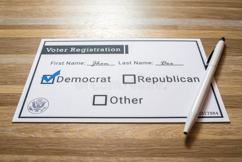 Väljarregistreringkort med det utvalda demokratiska partiet royaltyfria bilder