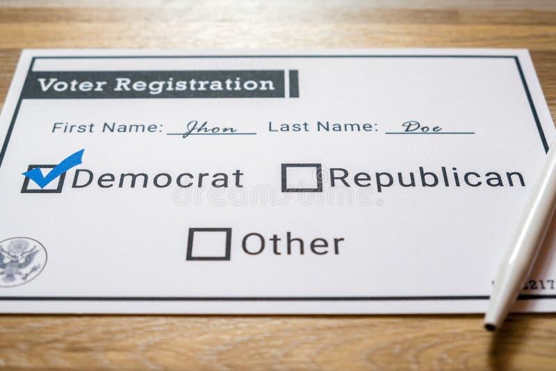 Väljarregistreringkort med det utvalda demokratiska partiet - nära övre royaltyfri foto