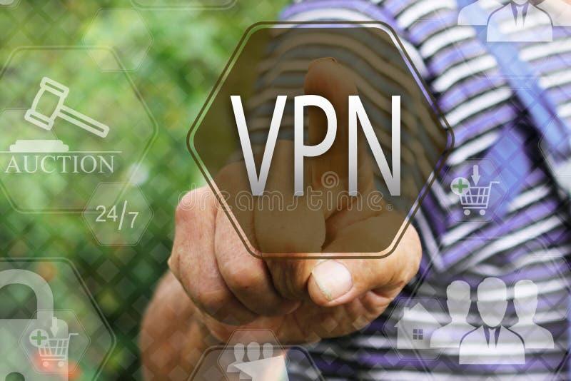 väljer en VPN på pekskärmen Faktisk rengöringsduketikett för privat nätverk Сoncept internetteknologi arkivfoto