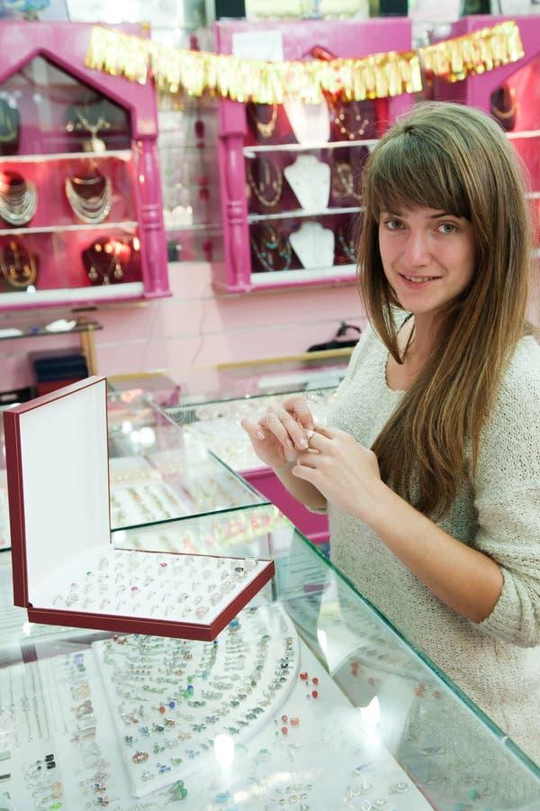 väljer flickan som cirkeln shoppar arkivbilder