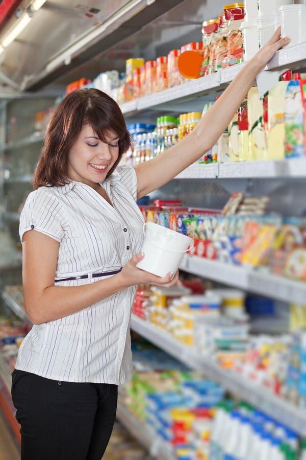 väljer flickan som mayonnaise shoppar royaltyfri foto