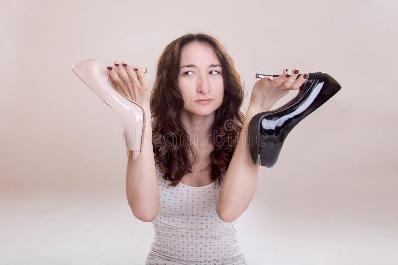 väljer skokvinnan arkivbild