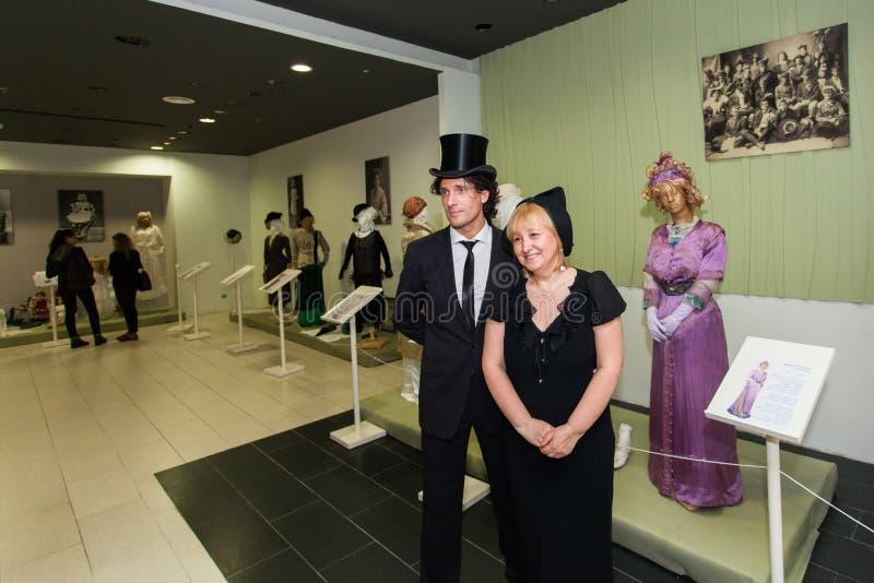 Välkända på konstgalleriet Vintageutställning av kläder och hattar av kvinnor Utställningen har många journalister som tar pi arkivfoto