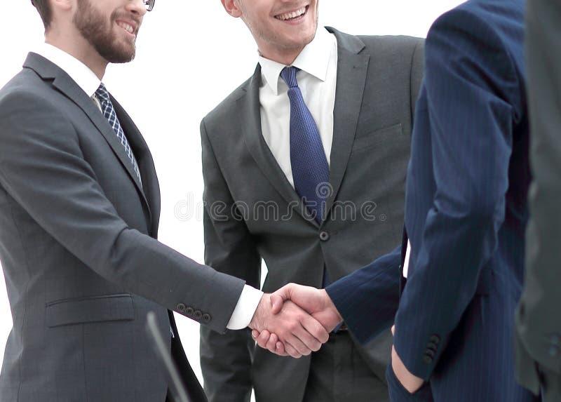 Välkommen handskakning av affärspartners royaltyfri fotografi
