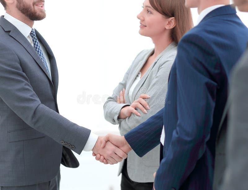 Välkommen handskakning av affärspartners arkivbild