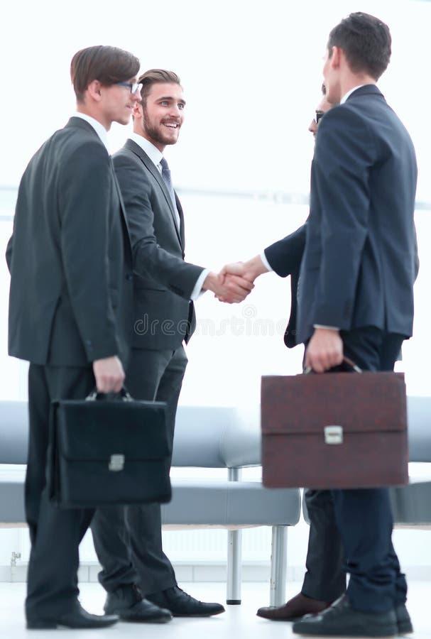Välkommen handskakning av affärspartners royaltyfri foto
