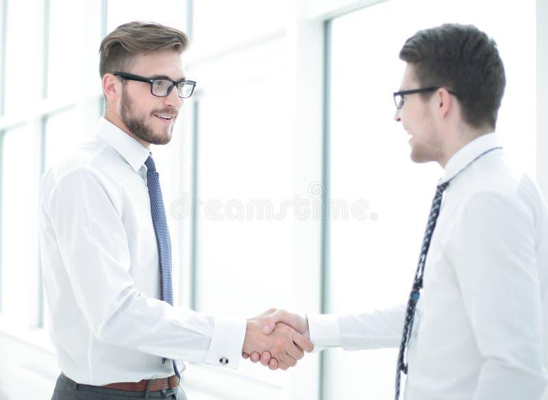 Välkommen handskakning av personalen i kontoret royaltyfri foto