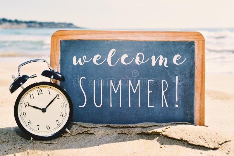 Välkommen sommar för text, på stranden royaltyfri bild