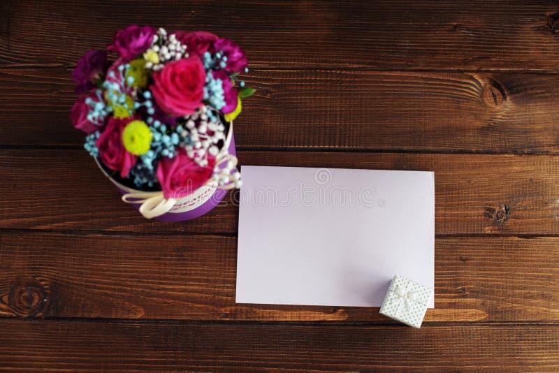 Välkommet kort med blommor Befruktningferie, dag för valentin` s royaltyfria bilder