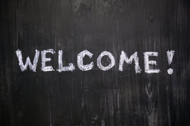 Välkommet tecken som är handskrivet på svart bakgrund royaltyfria bilder