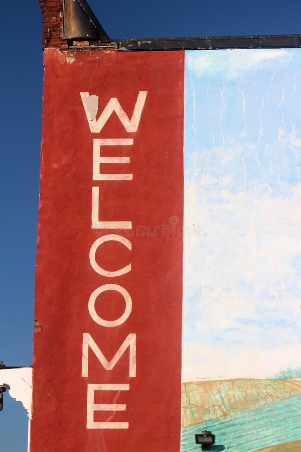 Välkommet tecken som målas på sidan av en byggnad i i stadens centrum Kent Street Lindsay Ontario Canada i Juli royaltyfri foto