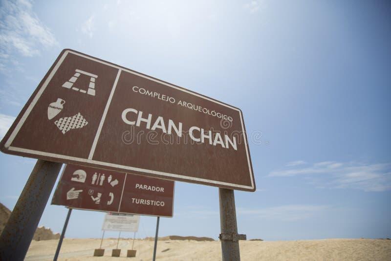 Välkommet tecken till Chan Chan den historiska platsen, Trujillo royaltyfri fotografi