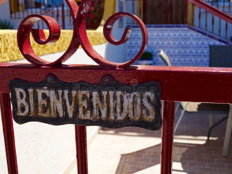 Välkommet underteckna in spanska Bienvenidos fotografering för bildbyråer