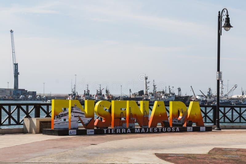 Välkomna besökare för jätte- färgrika bokstäver till Ensenada, Mexico nära sändande kranar royaltyfria bilder