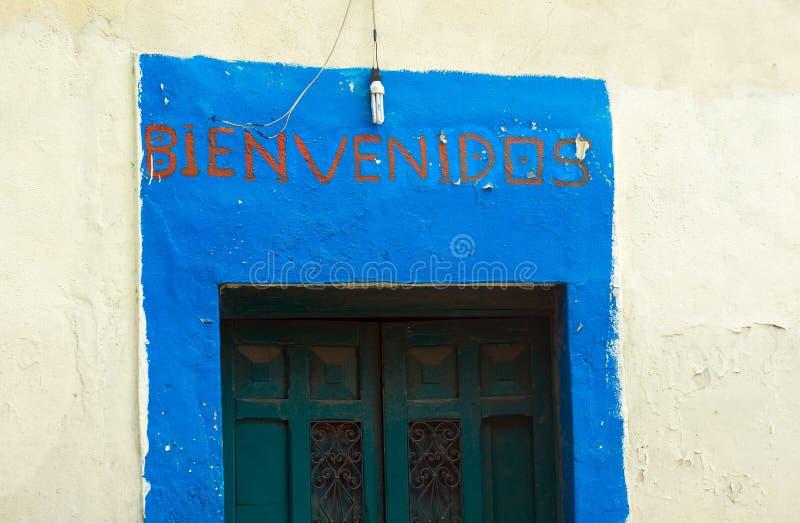 Välkomna Bienvenidos undertecknar in spanjor royaltyfri bild