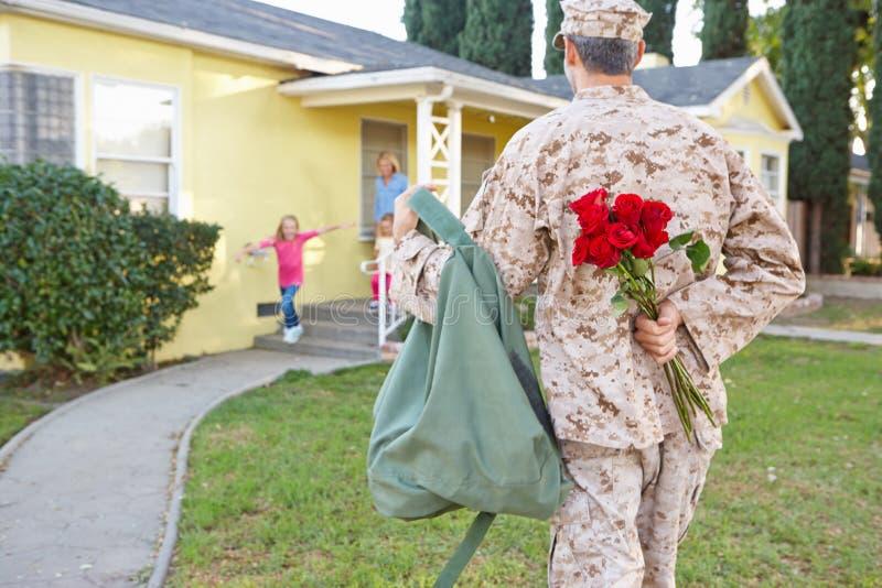 Välkomna makahem för familj på armétjänstledighetar royaltyfri bild