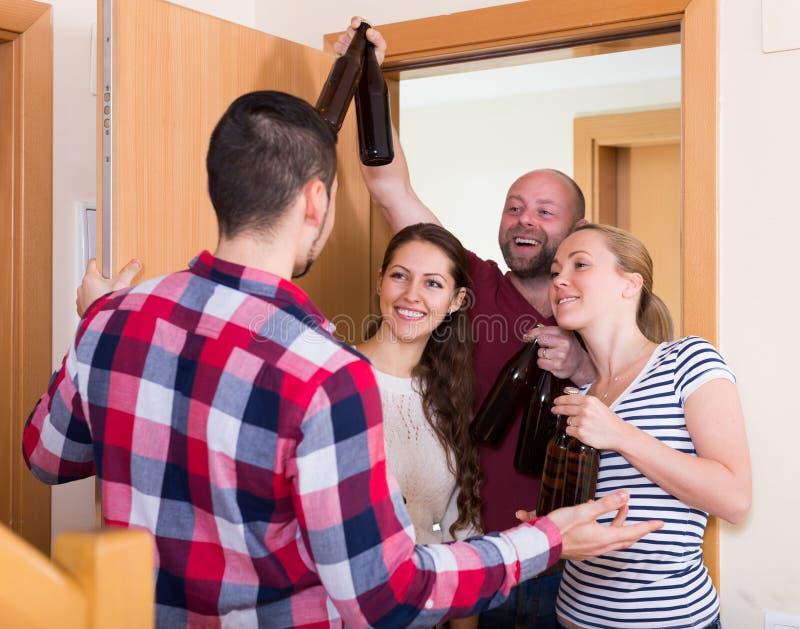 Välkomnande besökare för familjpar hemma arkivbilder